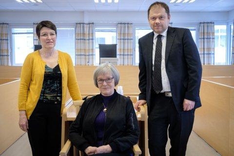 I vitneboksen: Vanligvis er Ann-Elise Karlsen (i midten) på gangen utenfor rettssalen for å være vitnestøtte for dem som skal vitne i Øst-Finnmark tingrett. Sorenskriver Steinar Langholm og førstekonsulent Svanhild Meirud etterlyser nå flere som vil jobbe frivillig som vitnestøtte.