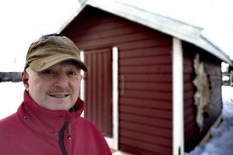 OPPGITT: Jostein Hamnvik reagerer på hvordan Kautokeino kommune har beregnet eiendomsskatten.  - Urimeligheten kommer godt fram, sier han. I bakgrunnen er den hjemmesnekra vedsjåen hans som kommunen har verdsatt til 27.000 kroner.
