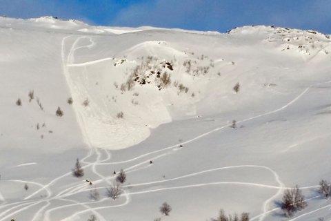 KAN UTLØSE SKRED: Både snøscootere og skiløpere kan utløse snøskred når faren er så stor som nå. Dette bildet er tatt av politiet et par år tilbake, da scooterkjøring utløste skred.