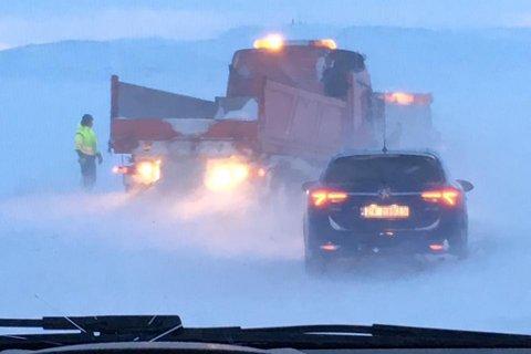 FASTKJØRT: Denne veistrekningen var for tøff både for personbiler og brøytesjåfører.