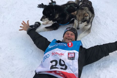 Christer Afséer feirer målgang. Her med sine malamuter som også gjør bragden historisk i Finnmarksløpet-sammeheng. (Foto: Trond A. Andersen, Finnmarksløpet)