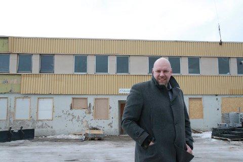 Hans-Jacob Bønå før Vadsø Brygge fikk ny fasade vinteren 2016. Nå har Malermester Bønå flyttet inn i førsteetasjen, og snart står syv leiligheter klare til innflytting.