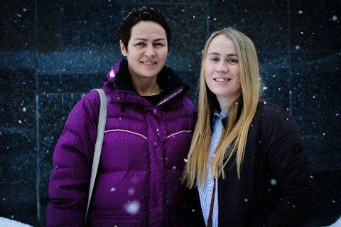 Mor og datter: Anniken Isaksen (19) har søkt seg til lærerutdanninga i Tromsø, mens mor Eva Sandaunet Isaksen allerede er på sitt tredje år på utdanninga med samlingssted i Kirkenes.