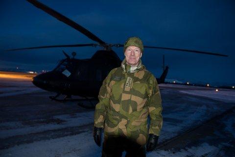 KOM I HELIKOPTER: Forsvarssjef Haakon Bruun-Hanssen kom i helikopter da han besøkte Banak i mars.