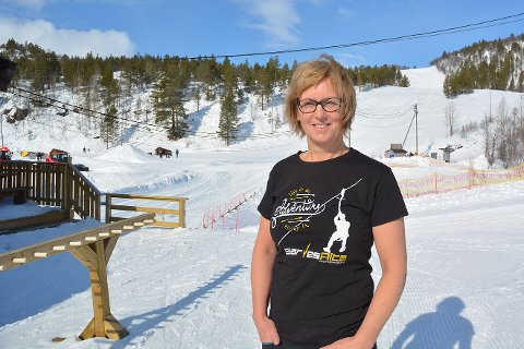 HELDIG: Daglig leder for SarvesAlta alpinsenter, Synnøve Opgård Andersen, får ikke mye tid til å renne i bakken selv, men er fornøyd likevel. – Vi har bare blide gjester. Jeg føler meg heldig, sier hun.