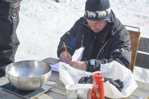 REGISTRERTE FANGSTENE: Odd Walseth fikk inn flere fangster på 2. påskedag, og alle fiskene ble registrert.