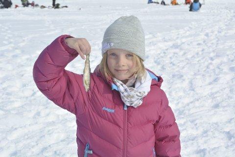 IVRIG ISFISKER: Mari Meedby Andreassen (8) var en av isfiskerne som kunne glede seg over en fangst på 2. påskedag.