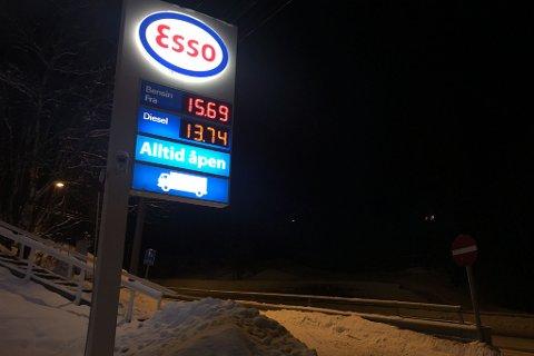 LAVERE PRIS: Arbeiderpartiet vurderer å gi lavere pris på drivstoff til distriktene. Illustrasjon.