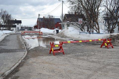 STENGT: Deler av denne veien ved Fylkesmannen er stengt av på grunn av store mengder vann.