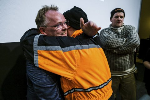 Endte med klem: Fiskeriminister Per Sandberg var på folkemøte i Vardø tidligere i år. Da møtet nærmet seg slutten, fikk Per Sandberg en god klem fra Vegard Bangsund.