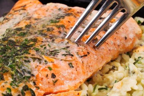 HVITT GØRR: Det er ikke fett som tyter ut av laksen, slik mange tror. Det er et protein, og er harmløst.
