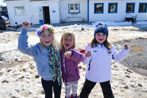 HEIA POLARSTJERNEN: Sofie Lauritzen (7, f.v.), Mathea Bernhardsen (7) og Gudbjørg Unnur Palsdottir (8) kunne alle heiaropene på rams og storkoste seg på Polarsletta søndag, selv om det endte med tap for hjemmelaget.