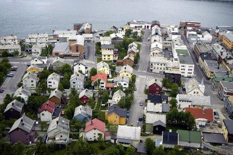 Hammerfest sentrum, uten en plass å være for rødrussen? I Finnmark er boligen livets midtpunkt for en tredel av befolkningen. Arkivfoto Hammerfest sentrum, by, gater, hus, bolig, boliger, Gjenreisningsmuseet, gjenreisningshus, Parkgata, tettbygd