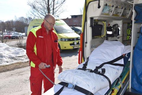 LETTERE HVERDAG: Sten-Erik Simensen viser fram den nye automatiske båren, som vil gi ambulansepersonalet en lettere hverdag. Foto: Christian Grøtte