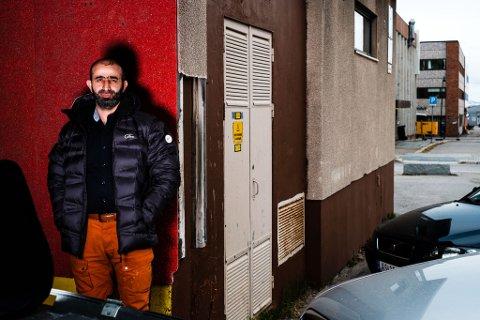 NYETABLERING: I det gamle diskoteket i Vadsø sentrum skal det nå komme en moské. Ismail Omar, som også driver moskeen i Alta er med på å sette i stand lokalet.