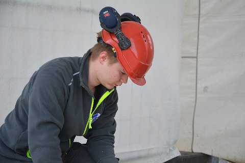KAN BLI BEST I NORD-NORGE: Jere M. Myhre fra Båtsfjord har vunnet fylkesmesterskapet for læringer i tømrerfaget. Onsdag formiddag konkurrerer han i nordnorsk mesterskap i Alta.