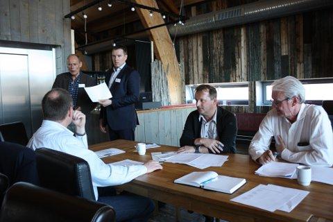 SAMSTEMT: Arve Tannvik, Kenneth Stålsett, havnesjef Eivind Gade-Lundlie, prosjektdirektør Henrik Falk i Tschudi Shipping Company og Eilif Johannesen fra Høyre (ryggen til) i gruppearbeid på jernbaneseminar.