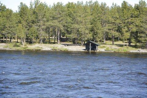 STABILT I ALTAELVA: Det ble ikke den flommen som man fryktet i vassdragene i Finnmark i år. Vannføringen er ventet til å være høy over tid, men så lenge det ikke kommer regn vil ikke flommen gå over til kode gul.