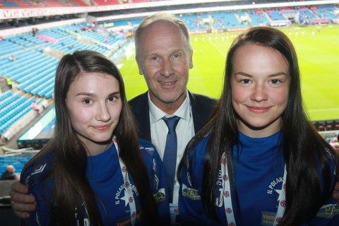 STORT: Malin Wickstrøm Baumann og Aili Johansen var lykkelige for at de fikk muligheten til å være med på fotballforbundets drømmedag på Ullevaal.