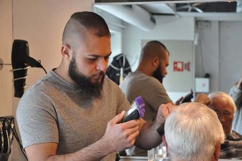 FORNØYD KUNDE: Mohammed Altai har startet frisør- og barberingssalong i Alta, sammen med Tahir Ati. Her med kunde Elias Hofrenning som var svært fornøyd etter sin første klipp i den nye salongen.
