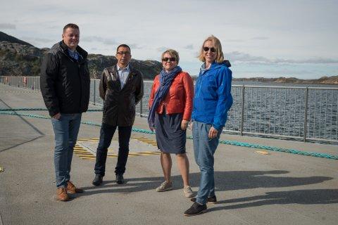 SJØVANDRING: Fylkesordfører Runar Sjåstad, Kjetil Hanssen, ordfører Aina Borch og Anniken Huitfeldt, alle i Arbeiderpartiet, vandret på den nye foldekaia i Hamnbukt da Huitfeldt besøkte Porsanger.