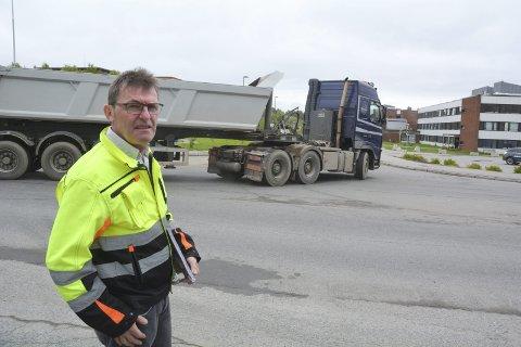 MYE TRAFIKK: Tom-Frode Hansen opplyser at det vil gå en lastebil med masser ut fra sentrum hvert tredjeminutt i hele sommer. Det betyr ekstra utfordringer for trafikken og miljøet på sentrum.