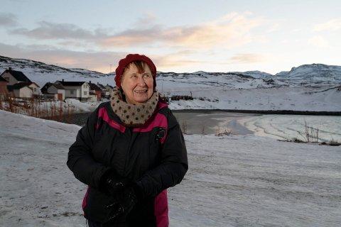 FORNØYD: Elsa Haldorsen har denne uka arrangert kulturuke i Bugøynes. Tirsdag møtte hele 80 sambygninger opp for kulturkveld med både kor, sand og munnspill.