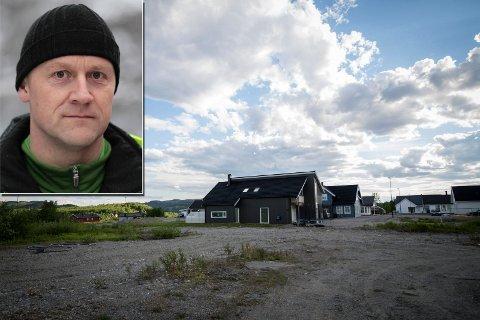 TOM TOMT: Svein Werner Sundquist ser for seg flere boliger på dette området ved de nye boligene på Sandnes. Kommunen vil bygge det ut selv, og har to ganger sagt nei til entreprenøren.