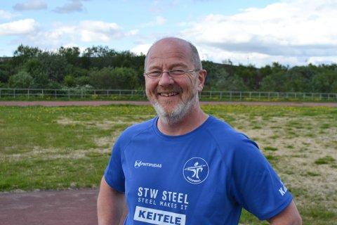 """FIKK POKAL: Geir Vorren ble kåret til """"Årets ildsjel"""" for sin innsats for friidretten. – Da jeg fikk den pokalen tenkte jeg at det var litt fortjent, ler han."""
