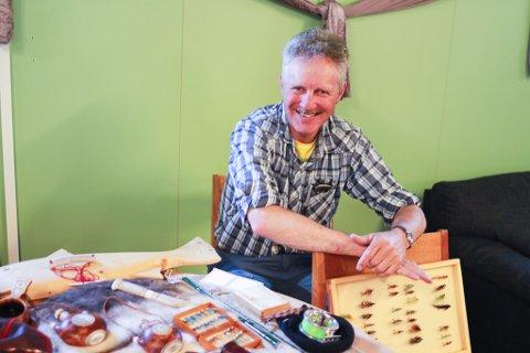 EVIG HOBBY: Til daglig er Sigmund Nerby lærer i Austertana, men fritiden bruker han på å lage kniver, fiskestenger, vanntette bokser, trekopper og fiskefluer. – Det er en lidenskap, sier han om hobbyen.