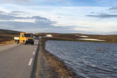INNSJØ: Vannstanden var på mandag i ferd med å stige så mye at vannet kunne flomme over veien.