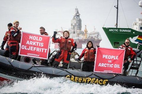 DEMONSTRERTE: Fere Greenpeace-aktivister demonstrerte mot norsk oljeboring ved riggen Songa Enabler i Barentshavet tidligere denne måneden. Foto: Greenpeace / NTB scanpix