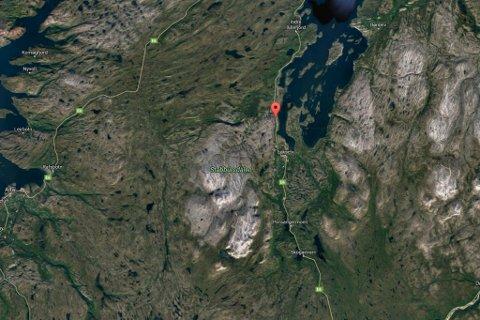 FORTSATT ÅPEN: Steiner skal ha ramlet ned på veien mellom Lakselv og Indre Billefjord.