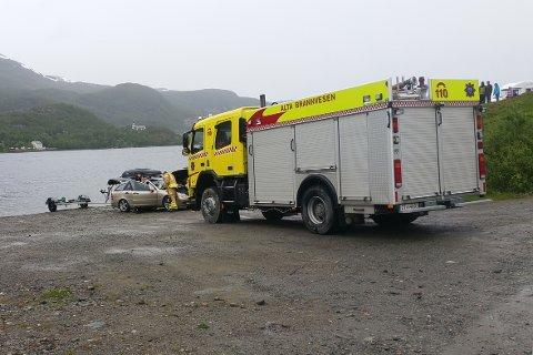 MÅTTE HA BISTAND: Brannvesenet rykket ut for å hjelpe en bil som hold på å bli tatt av flo i Kåfjord onsdag formiddag.