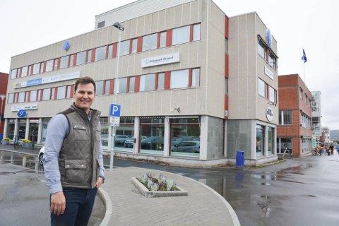 FERIE NESTE: Jonas Haugen står utenfor Nordlys Gården og Parksenteret, som han nå eier. Altaværingen har i tillegg til å investere tungt den siste tiden også tre barn og en samboer å følge opp. Han startet på onsdag på ferie for å koble litt av etter noen hektiske oppkjøpsuker.