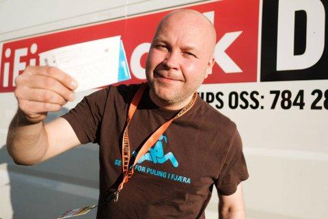 FESTIVALPASS: iFinnmarks redaktør, Stian Eliassen,Ole Gunnar Onsø trekker hver dag ut nye vinnere av festivalpass til Midnattsrocken.