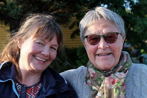 ANNERLEDES: Filmregissør Ellen-Astri Lundby (t.v.) har samlet seks finnmarkinger for å lage en annerledes film om tvangsevakueringen. En av dem er Grete Sofie Haagenrud.