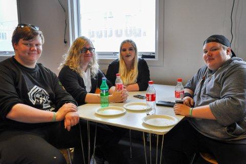 - HØYDEPUNKT: Hans Vegard Fjellstad (f.v.), Glenn Palmer, Martine Moe Pedersen og Gøran Angel Brattfjord koser se innendørs med brus og pizza.