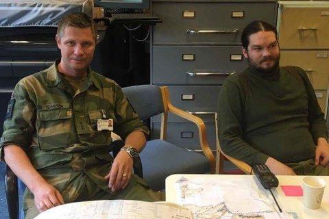 STYRER OPERASJON: Områdesjef Stein Isaksen fra Altafjord HV-område og nestkommanderende Thomas Gladsø fra HV-område Alta på operasjonssentralen til Heimevernet på Sørøya.