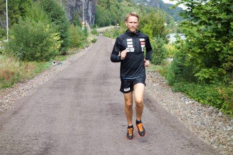 LØPER FOR EN GOD SAK: Jimmy Vika, daglig leder i Right To Play, løpe 20 maraton over hele Norge for å samle inn penger til jenter i Midtøsten sin skolegang. Tirsdag 29. august kommer Jimmy til Alta, og klokken 10.00 løper han maraton med start og mål ved Harila bruktbilbutikk i Alta.