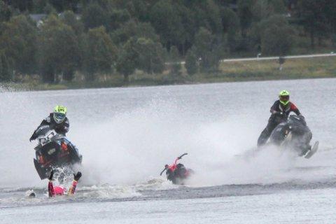 NESTEN ULYKKE I 100 KM/T: Niillas Jovnna Länsman ligger i vannet, og det er tanaværingen Morten Blien som kommer kjørende rett mot han.
