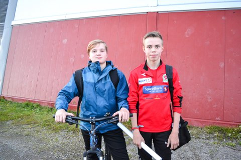 LÆRTE MYE: Sander Nikolai Johansen og Sigve Eriksen (begge 13) ser opp til Rushfeldt og lærte mye ny teknikk med han som trener for en kveld.