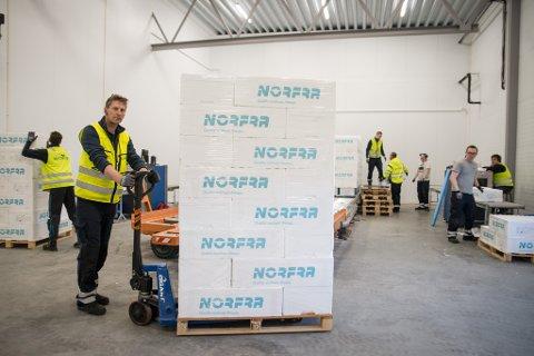 FULL FART: Tore Samuelsen, stasjonssjef for Widerøe, og hans medarbeidere holder høyt tempo inne på den nyåpnede Lakselvterminalen. Her blir alle kassene kjørt via to røntgenmaskiner, før de skal inn på DHLs Airbus 300-maskin.