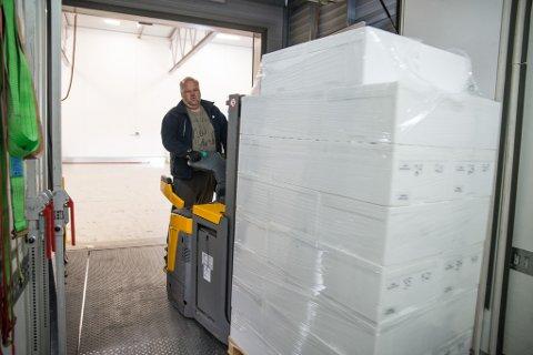 LOSSER: Geir Nerland i Miniekspress Lakselv losser kongekrabber som kommer fra Indre Billefjord. Disse skal nå videre på DHLs direktefly til Oslo.