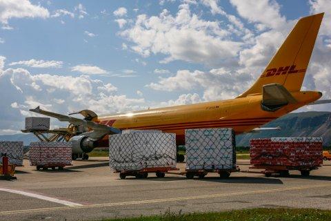 VIL ØKE: DHL bekrefter at de jobber med å øke kapasiteten ved å etablere en til flyging mellom Lakselv og Oslo. Tirsdag ble omkring 100.000 sjømatmåltider sendt ut i verden fra Lakselv.