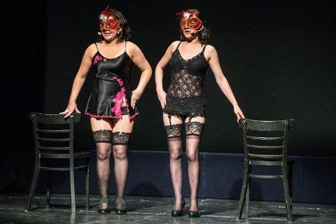 """GIKK RIKS: Det var i revynummeret """"Ryktan"""" som handlet om swingers-miljø at Bløgg tok for seg fiffen i Porsanger som de påstår har en hemmelig sex-klubb. Revyartister i nummeret var Christina Masternes Korslund og Maylen Berg."""