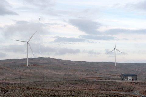 VINDPARK: Telenormasta på Hamnefjellet har fått selskap i 15 vindturbiner. – I liket med telenormasta, kan det forekomme at is ramler fra vindmøllene, forteller Lise Mette K. Heggheim i Finnmark kraft.
