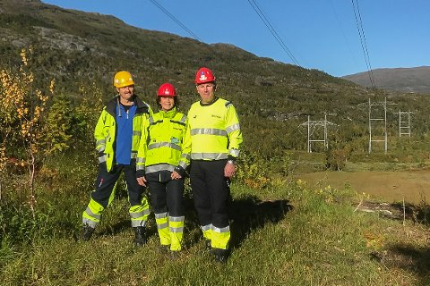 ØKT FORSYNING: Foran den nye kraftledning mellom Ofoten og Balsfjord står Bjørn Magne Vatnan, byggeleder,  Kirsten Faugstad, Prosjektdirektør og  Nils Andersson, prosjektleder.