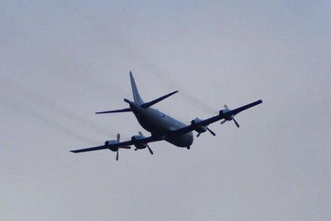 OVER TANA: En iFinnmark-tipser har knipset bilder av Orion-flyet idet det flyr over leteområdet i Tana.