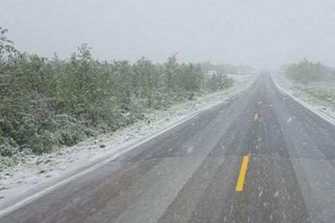 TILBAKEKOMST: Det kan komme litt snø på vidda til helga. Dette bildet er forøvrig tatt 5. juni i år på veien mellom Kautokeino og grensa til Finland.